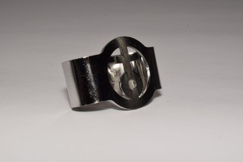 C. Halstuchknoten, Silberring mit Kugelkreuz
